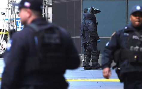 Police officers and bomb teams controlling the bomb threat in the CNN bureau in New York.